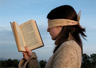 Женщина читает